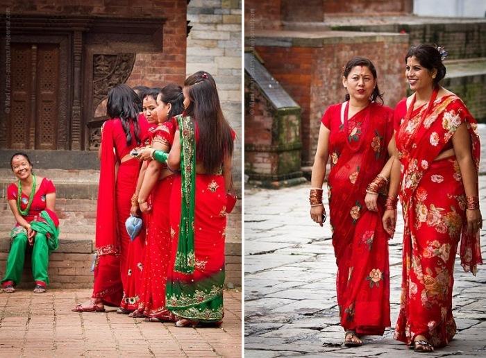 Женщины в традиционных красных сари