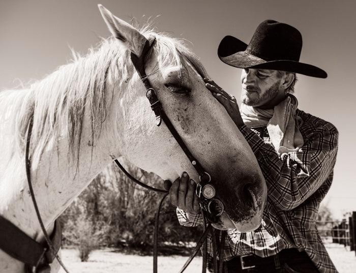 Элементы ковбойского имиджа: шляпа, косынка, клетчатая рубашка