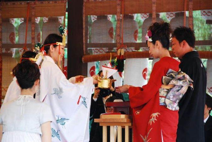 Японские молодожены во время свадебного обряда должны выпить 9 чашек саке