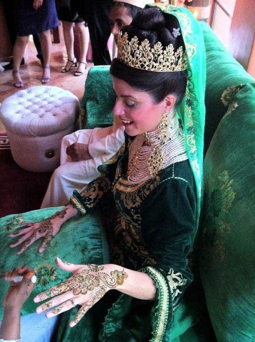 Марокканским невестам руки украшают узорами из хны