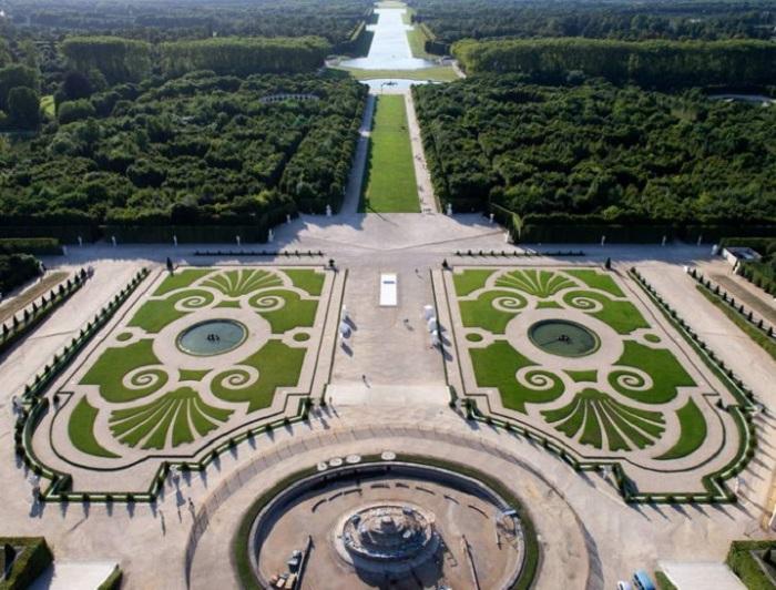 Садово-парковые ансамбли Версаля в полной мере отображают величие Короля-Солнце Людовика XIV.