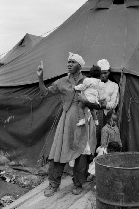 Женщина с детьми стоящая у входа в палатку. Палаточный город возле Сомервилля в 1961 году.