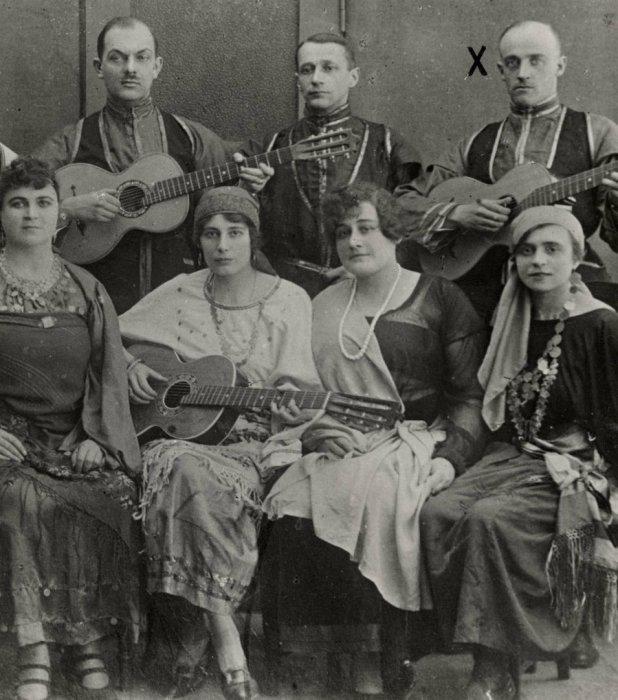 Барон фон Руктешель в эмиграции играющий на гитаре каждый день в цыганском оркестре в Берлине. Германия, 1930 год.
