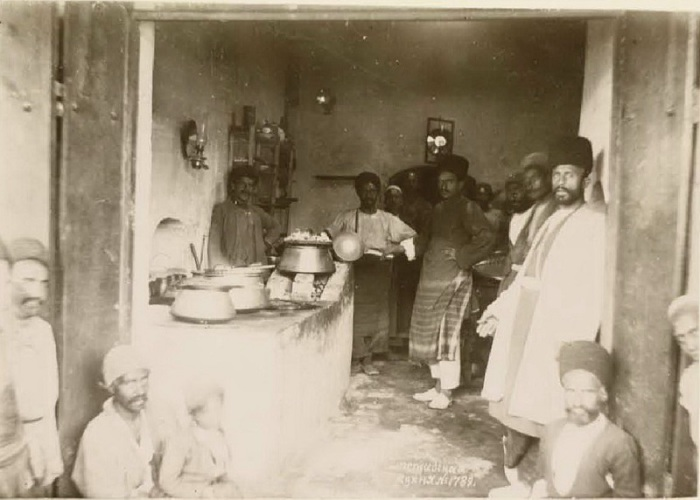 Группа людей на лезгинской кухне. Кавказ, последняя четверть XIX века.