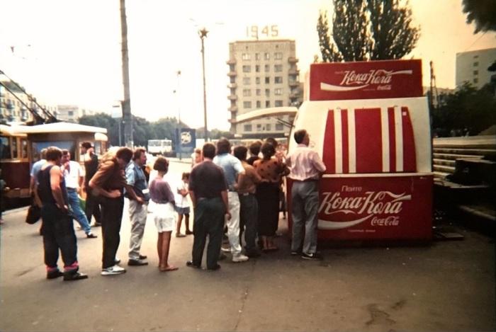 Мини-киоск для продажи Кока-Колы. СССР, Киев, Площадь Победы, 1987 год.