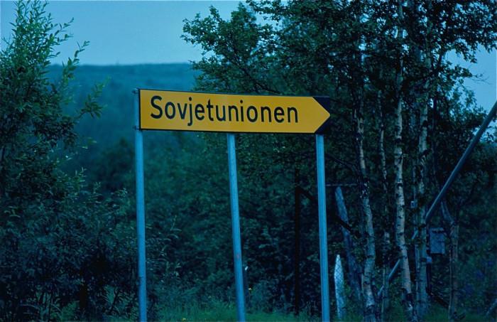 Знак на дороге неподалеку от границы.