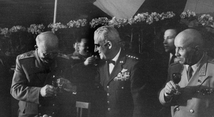 Иван Степанович Конев с бригадным генералом Натаном Твинингом и главным маршалом авиации Павлом Федоровичем Жигаревым.