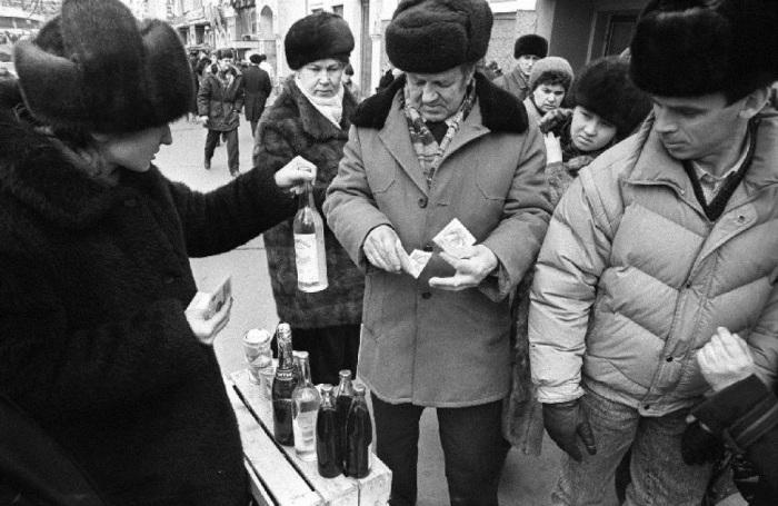 Барахолка на улице Ленинской. Владивосток, 1993 год.