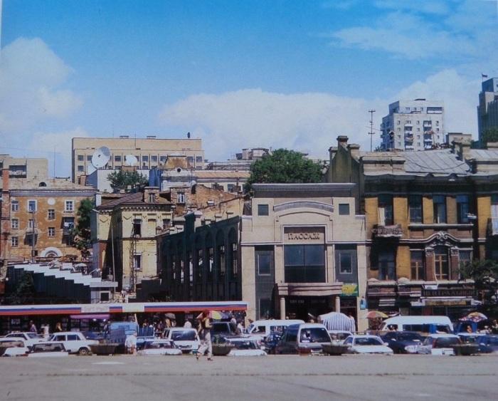 Триколор уже стал частью оформления витрин. Владивосток, пассаж, 1993 год.