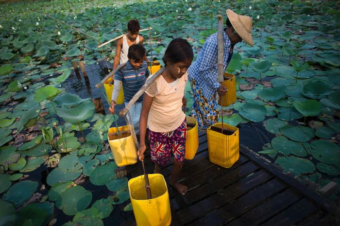Местные жители набирают питьевую воду в озере.