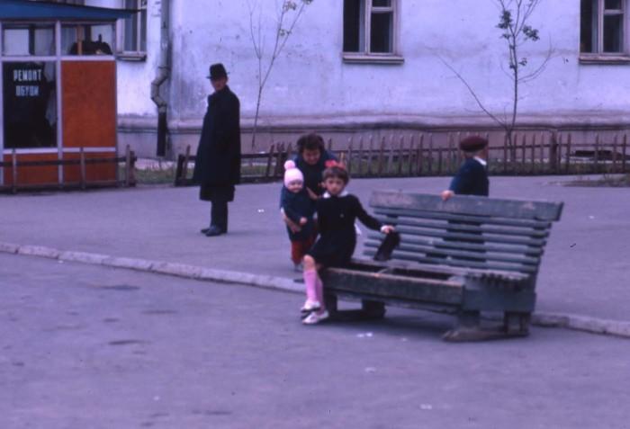 Школьница, сидящая после учебы на лавочке. СССР, Братск, 1969 год.