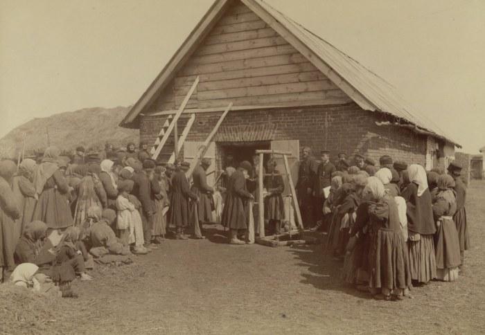 Раздача крестьянам бесплатного хлеба в заштатном городе Починках. Россия, Лукояновский уезд, 1892 год.