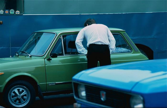 Мужчина, рассматривающий новую машину. СССР, Ленинград, 1981 год.