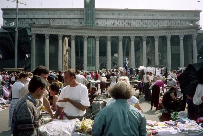 Уличная торговля на Троицкой площади, 1990 год.