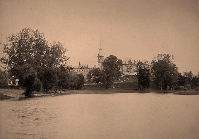 Вид на императорский охотничий дворец со стороны деревни. Беловежская пуща, 1894 год.
