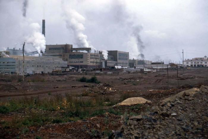 Дымящие трубы заводов в промышленном районе. СССР, Братск, 1969 год.