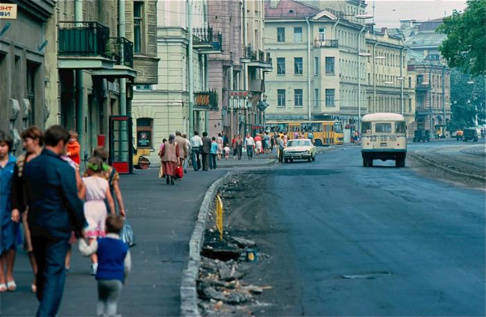 Люди, идущие по своим делам. СССР, Ленинград, 1981 год.