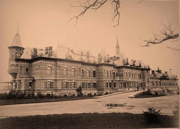 Вид фасада императорского охотничьего дворца со стороны парадного подъезда. Беловежская пуща, 1894 год.