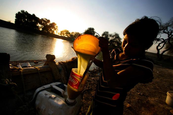 Подростки набирают воду в сильно загрязнённом источнике. Мексика, Сан-Маркос-Тлакоялько.