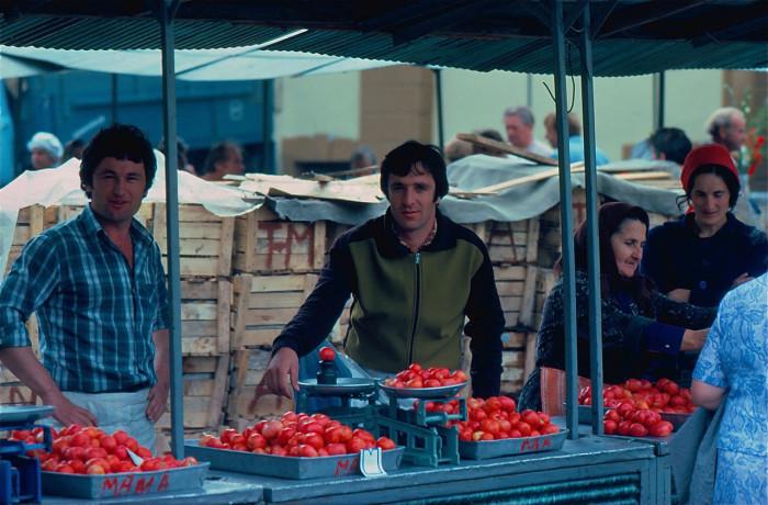 Продажа помидоров на местном рынке. СССР, Ленинград, 1981 год.