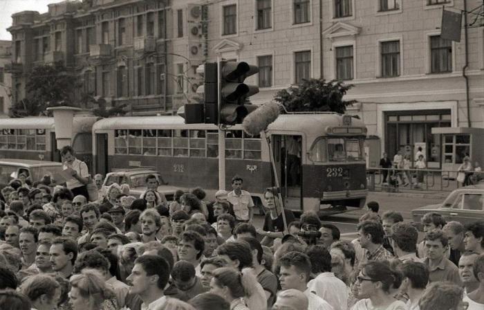 На центральной площади Владивостока в 1991 году.