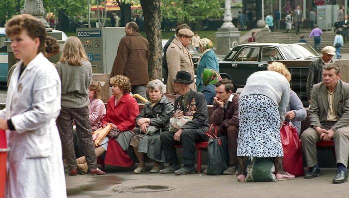 Отдыхающие. СССР, Киев, Крещатик, 1989 год.