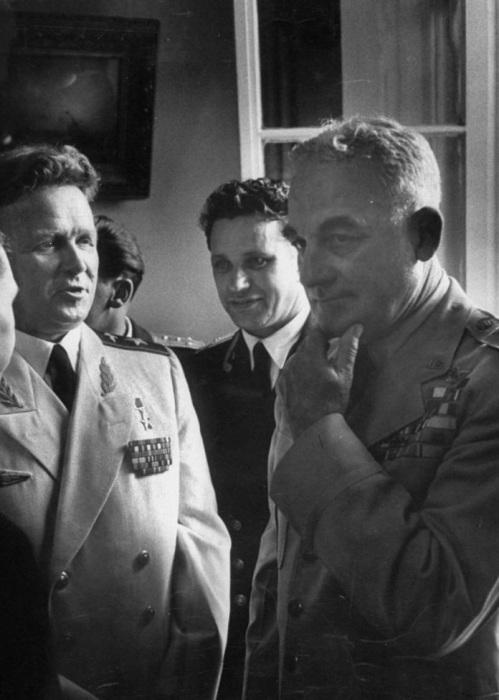 Начальник штаба ВВС СССР Леонид Руденко беседует с бригадным генералом Натаном Твинингом на приеме, организованном после авиашоу.