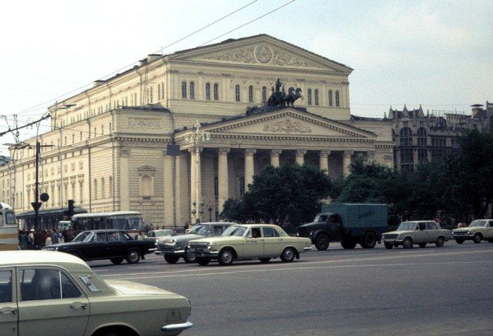 Виды на Государственный дважды ордена Ленина академический Большой театр Союза ССР. СССР, Москва, 1977 год.