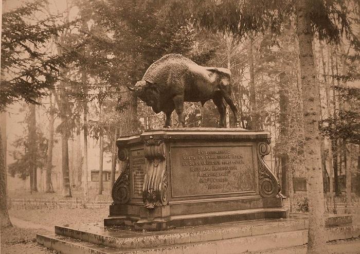 Памятник - бронзового зубра - поставленный императором Александром II, 6-7 октября 1860 года. Беловежская пуща, 1894 год.