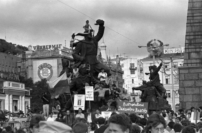 Митинг на площади против ГКЧП.