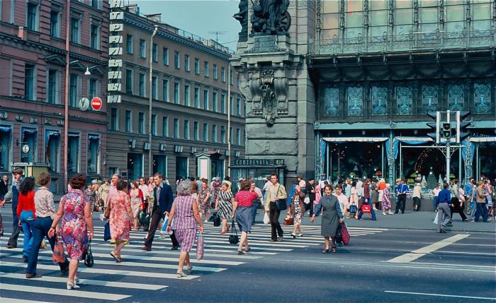 Толпы людей, переходящие дорогу на Невском проспекте. СССР, Ленинград, 1981 год.