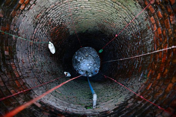 Добыча воды из почти пересохшего колодца в Бхактапуре.