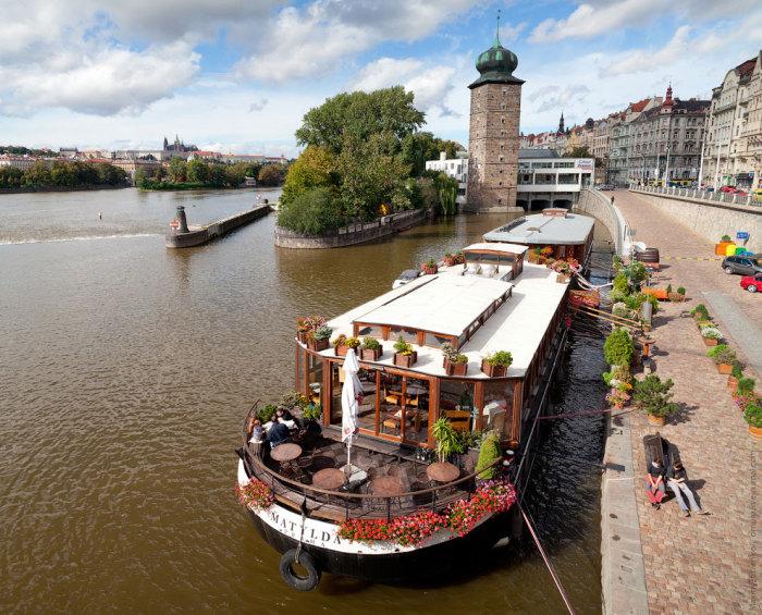 Очень популярные в Праге речные трамвайчики.