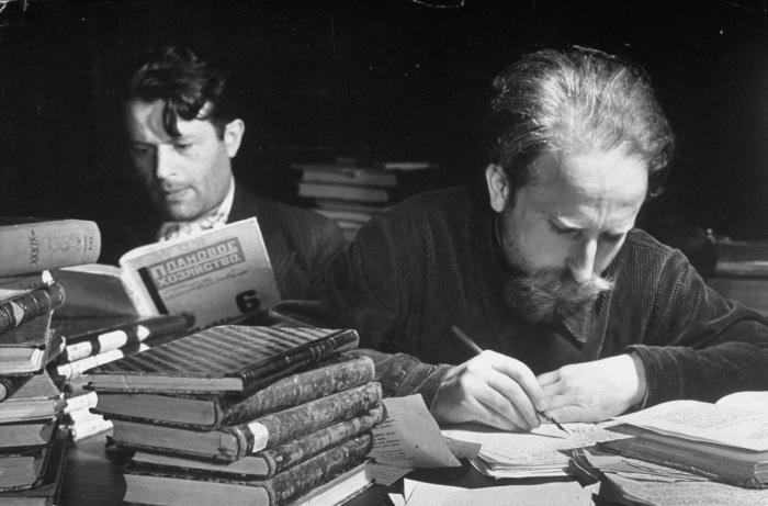 Работающие в Ленинской библиотеке ученные во время авиаударов. СССР, 1941 год.