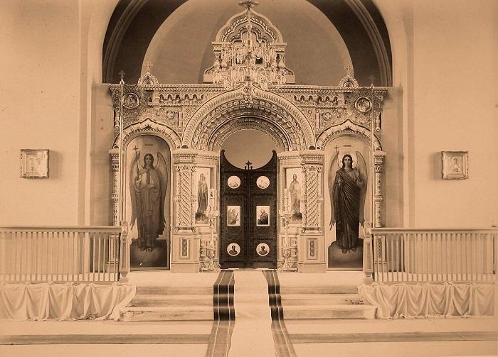 Алтарная часть и царские врата в церкви святого Николая. Беловежская пуща, 1894 год.