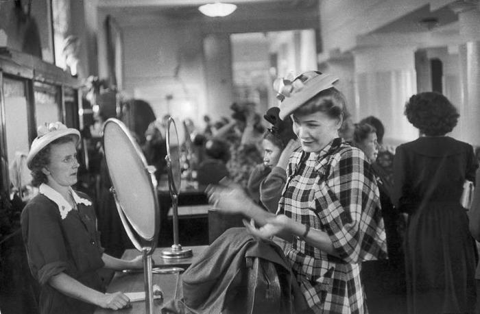 Покупка шляпы в Доме ленинградской торговли. СССР, Ленинград, 1954 год.