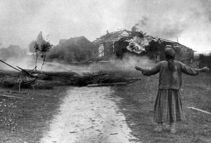 Женщина у сгоревшего дома в 1942 году.