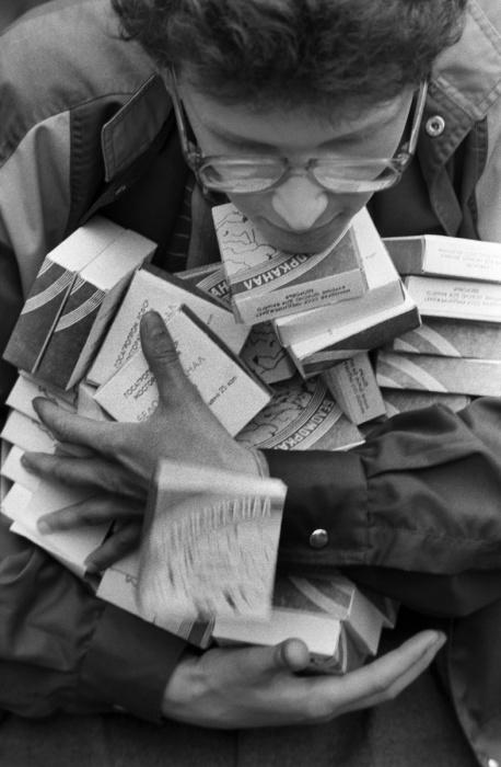 Дядечка в очках набрал несколько десятков пачек дефицитных сигарет.