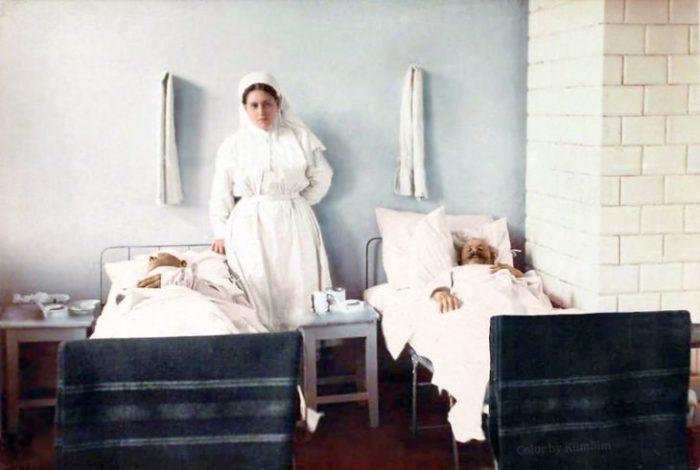Медсестра, в чьи обязанности входит забор материала для лабораторных исследований и наложение лечебных повязок.