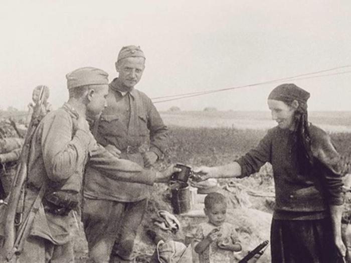 Бойцы Красной Армии в деревне после отступления к позициям войск прикрытия.