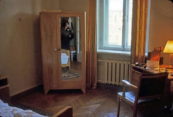 Номер в ленинградской гостинице Октябрьская, запечатлённый иностранным туристом. СССР, Ленинград, 1965 год.