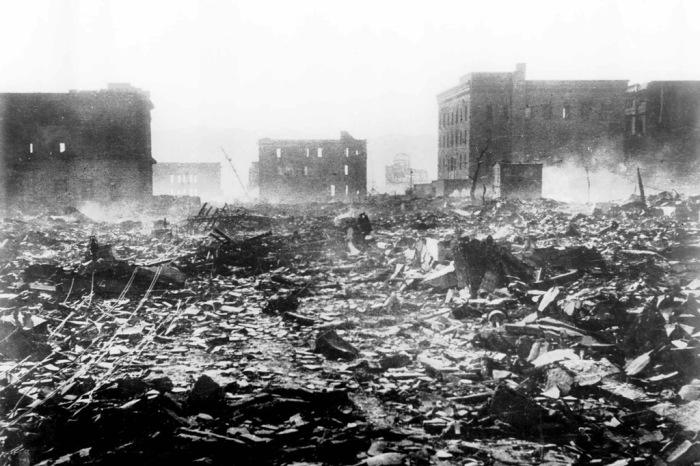 Вид на руины Хиросимы на следующий день после атомной бомбардировки.