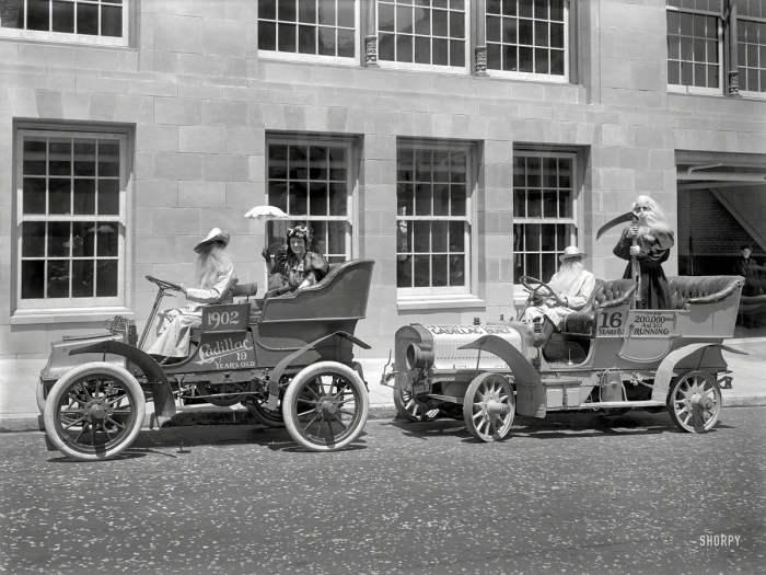 Старые автомобили Cadillac образца 1902 и 1905 года в 1921 году.