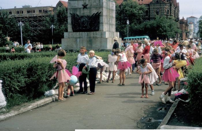 Переодевающиеся дети в сквере имени Кирова на бывшей Тихвинской площади.