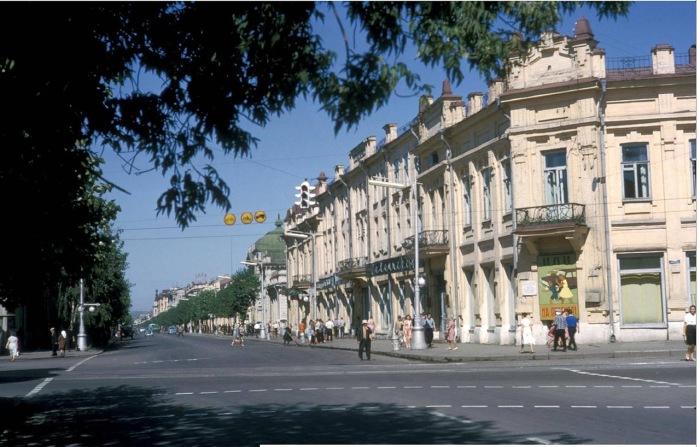 Перекресток улиц Ленина и Карла Маркса. Здание ТЮЗа - бывший отель Централь.