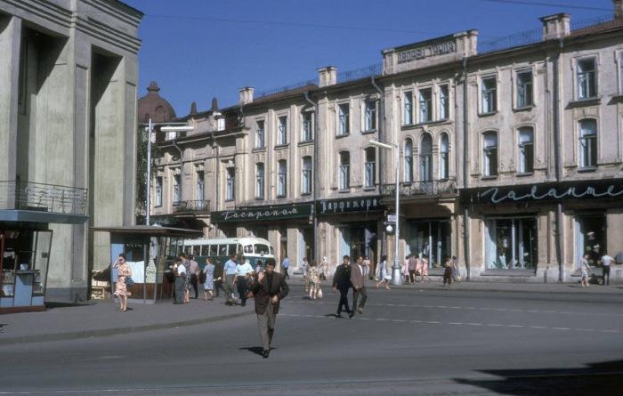 Справа здание ТЮЗа, слева старое здание Нархоза.
