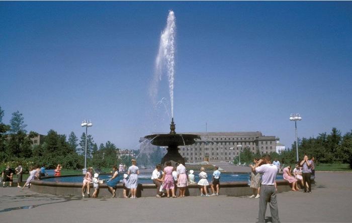 Сквер имени Кирова, бывшая Тихвинская площадь. На заднем плане обком партии, построенный на месте Кафедрального собора.