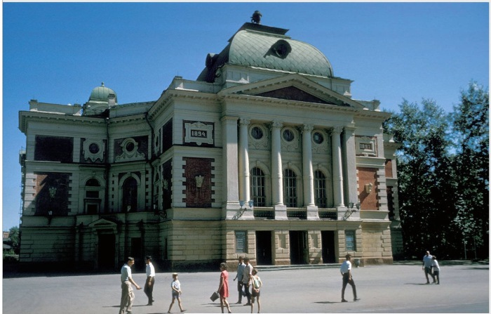Иркутский академический театр имени Н.П. Охлопкова на улице Карла Маркса.