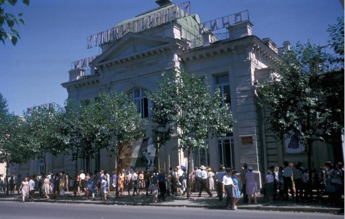 Кинотеатр Художественный, бывший кинотеатр Декаданс. Улица Карла Маркса.
