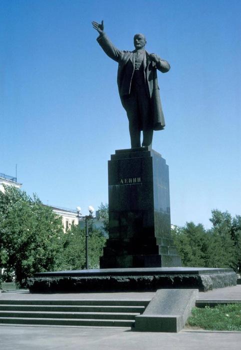 Памятник Ленину построен на месте лютеранской кирхи.